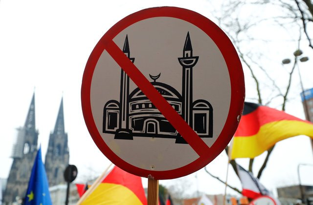 Islamic State using online 'headhunters' to recruit young Germans