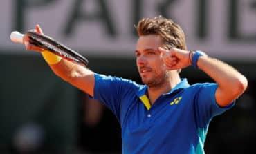 Wawrinka pierces Murray's armour to reach French Open final