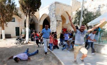 Thousands rush to pray at Al-Aqsa mosque amid tension