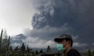 Bali's erupting volcano raises air travel warnings (Update 1)