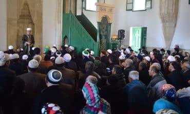 Pilgrims celebrate Muhammad's birthday at Hala Sultan mosque