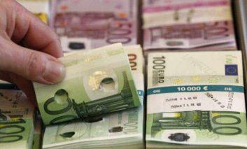 Man hands found cash to police