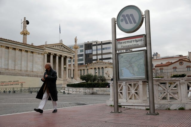 Greeks strike over right-to-strike, paralyse public transport