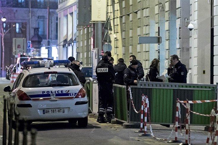 Police find getaway car, hunt two after Paris Ritz jewel heist