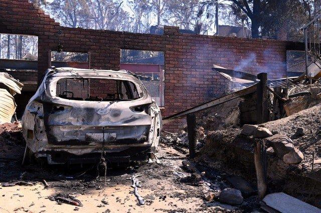 Hundreds flee Australian bushfires that kill cattle, destroy homes