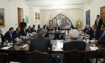 Anastasiades briefs party leaders ahead of Monday dinner