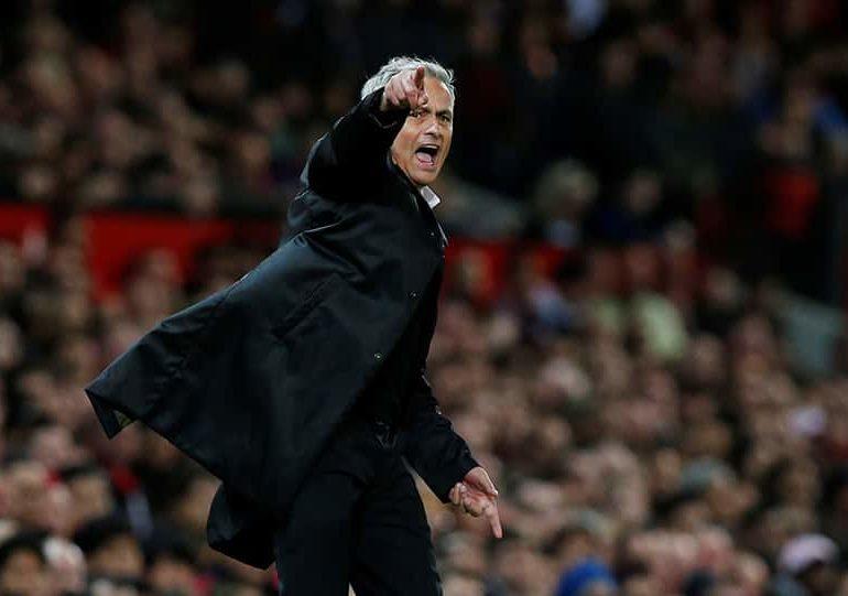 Neville urges struggling Man United to stick with Mourinho