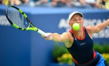 Wozniacki breezes past sloppy Stosur at U.S. Open