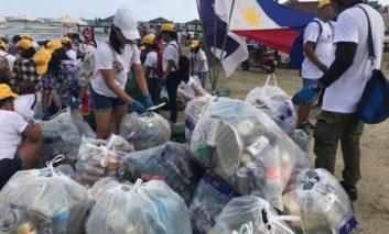 Filippino community organise Finikoudes clean-up