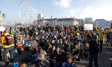 London bridges blocked by environment protest