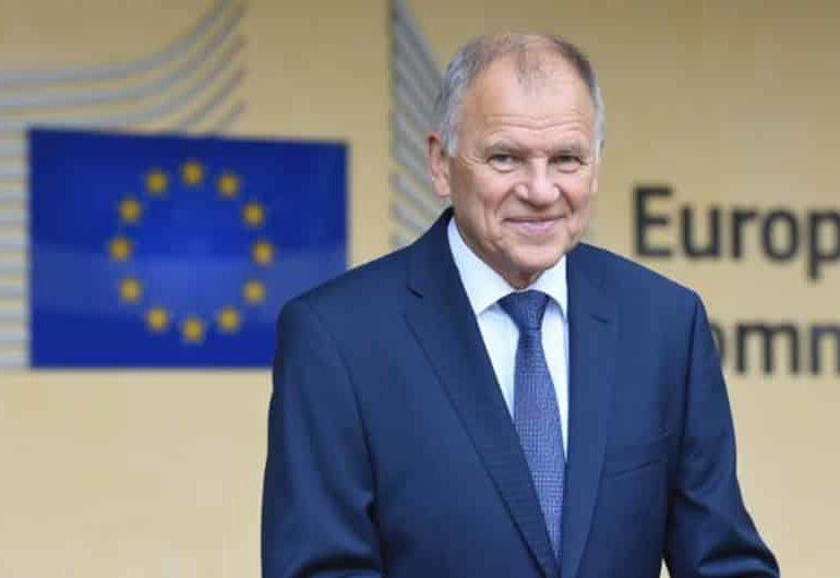 EU official slams Greek minister for defying smoking ban
