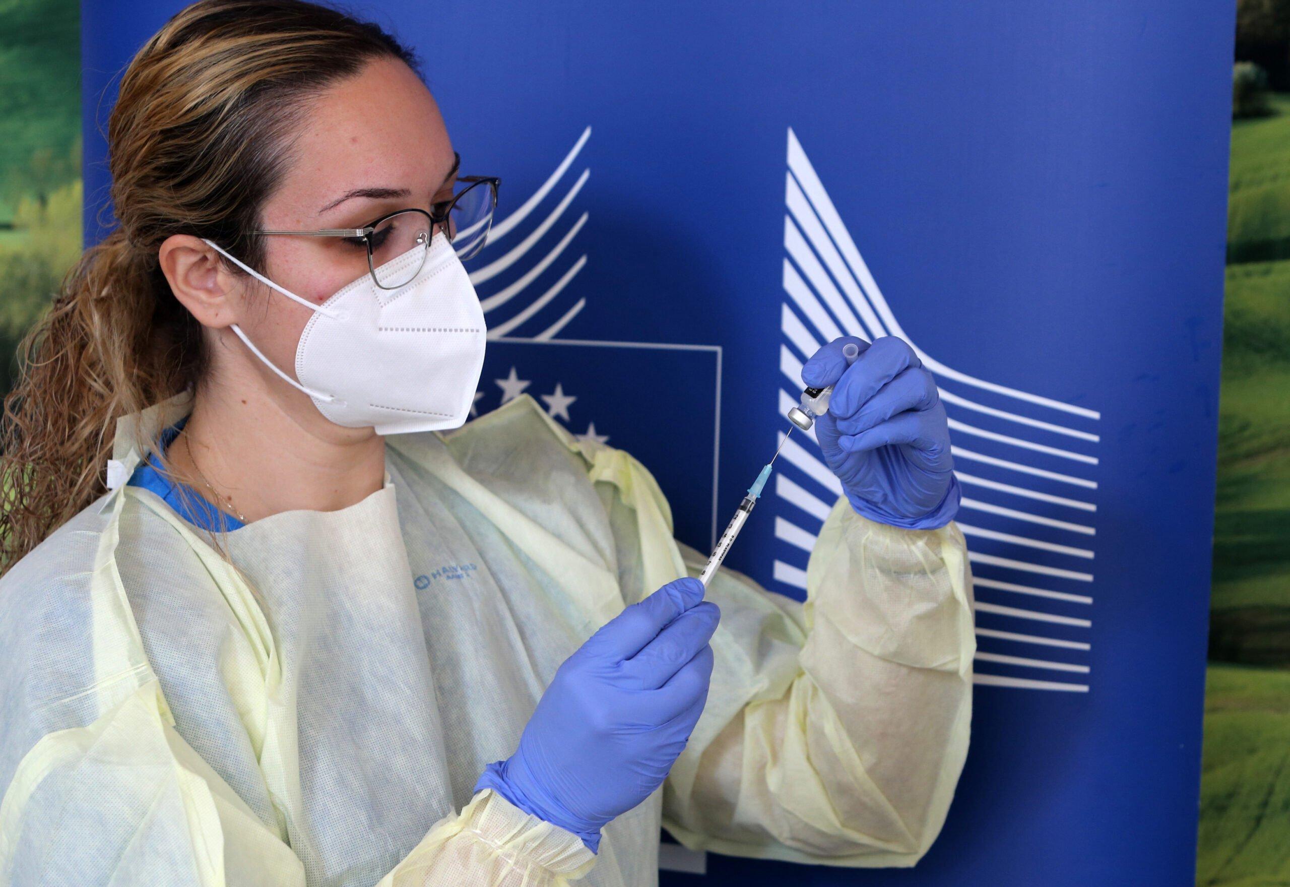 Coronavirus: Εμβολιασμοί για να σπάσει τα 200.000 σημάδια την Πέμπτη