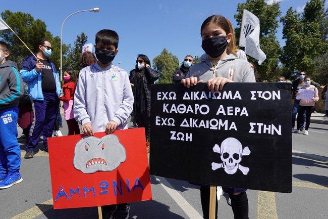 demonstrating against the asphalt plants in dali