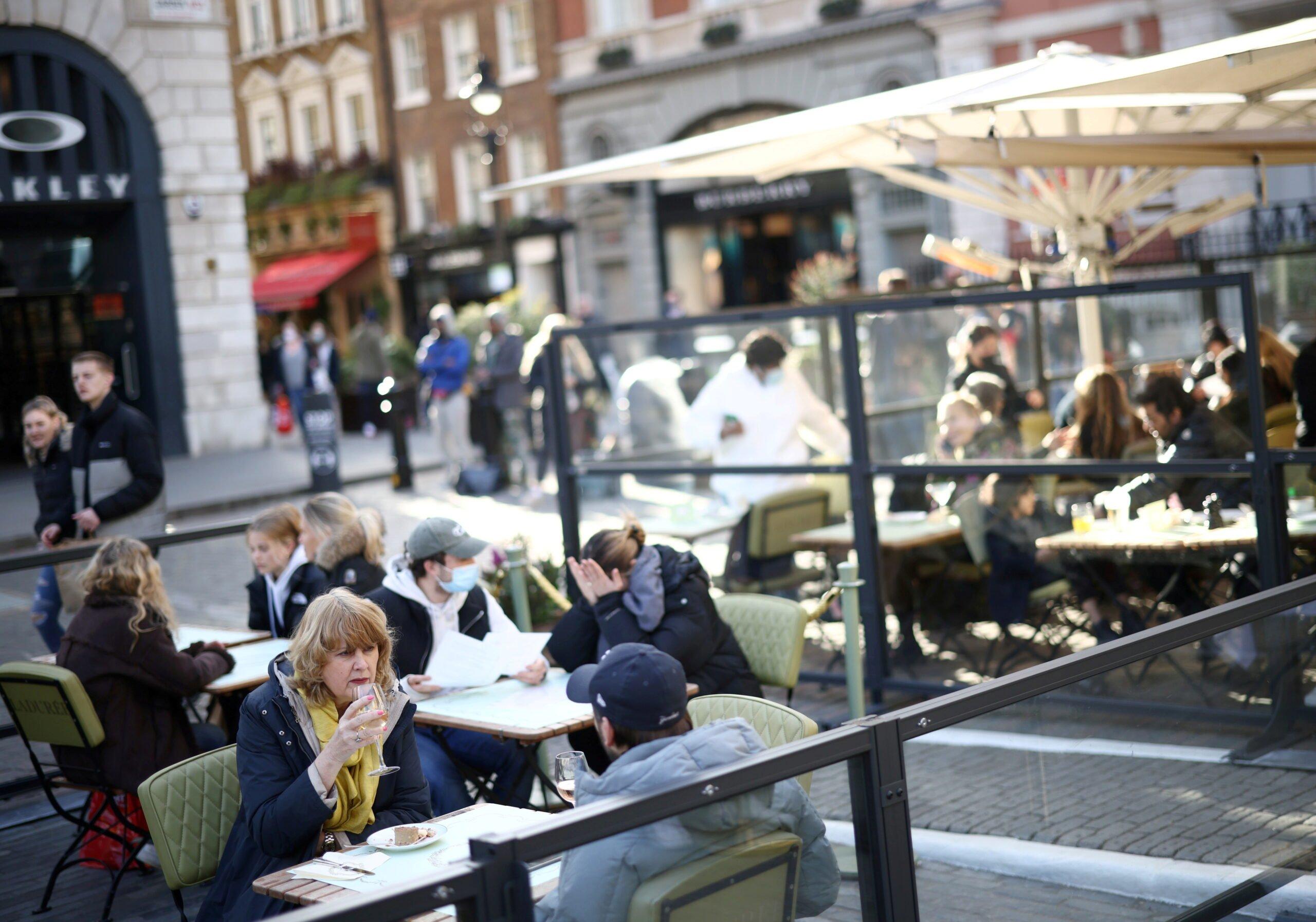 Οι διαφημίσεις εργασίας στο Ηνωμένο Βασίλειο και οι κρατήσεις εστιατορίων ανακάμπτουν καθώς το κλείδωμα μειώνεται