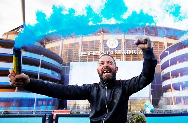 premier league manchester city fans celebrate winning the premier league