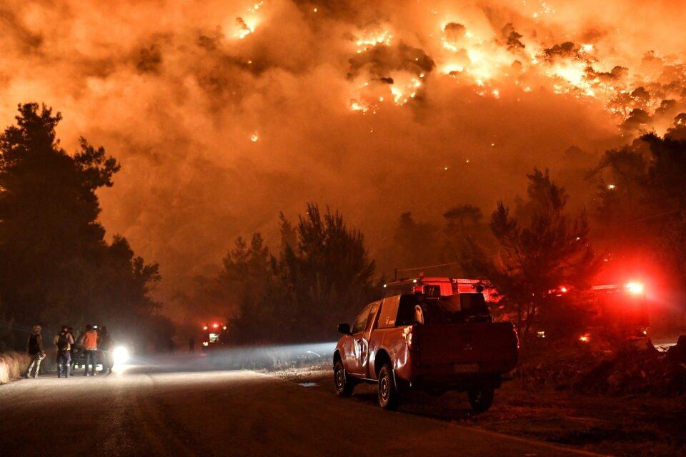 wildfire in the village of schinos