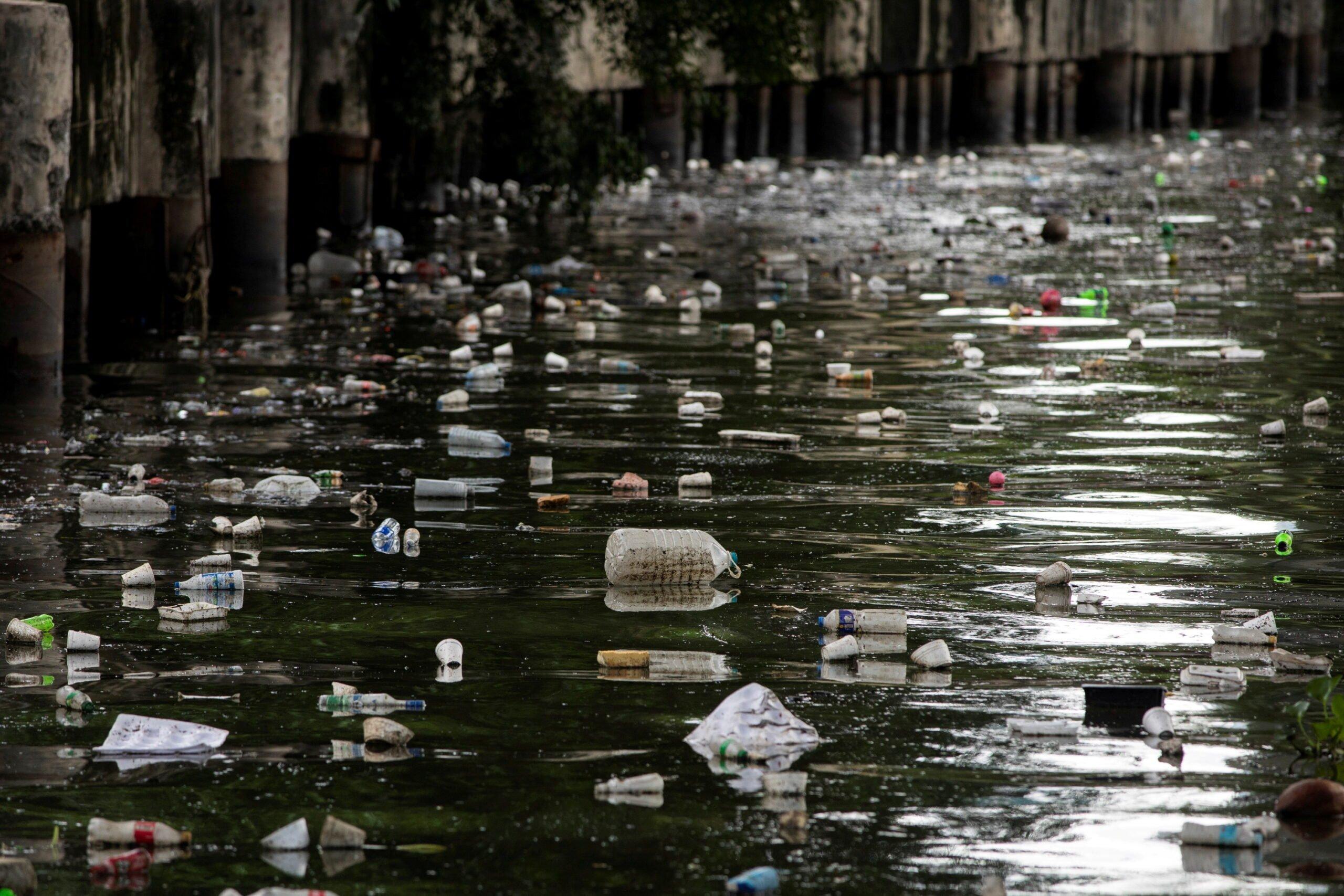 tides of trash in pasig river