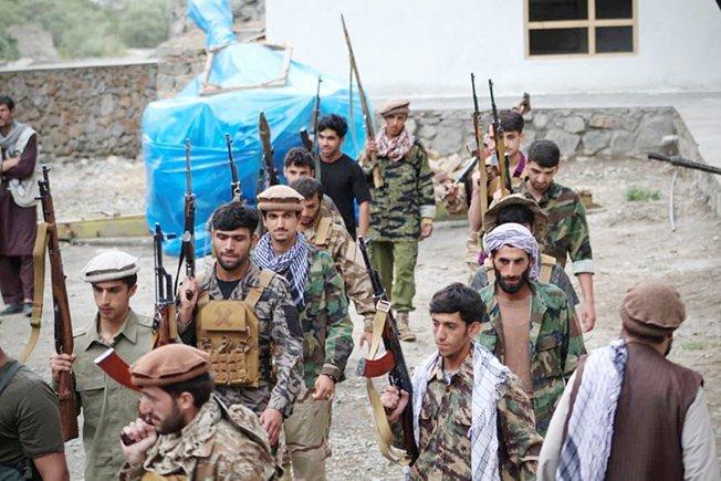 men prepare for defense against the taliban in panjshir